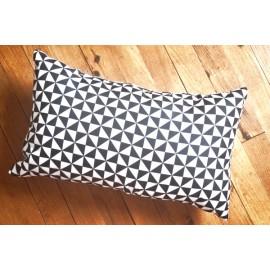 PYRA - coussin graphique 30x50 cm imprimé formes géométriques - triangles noir / blanc