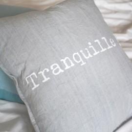 TRANQUILLE - Coussin 40 x 40 cm Gris Coton Message Imprimé Blanc